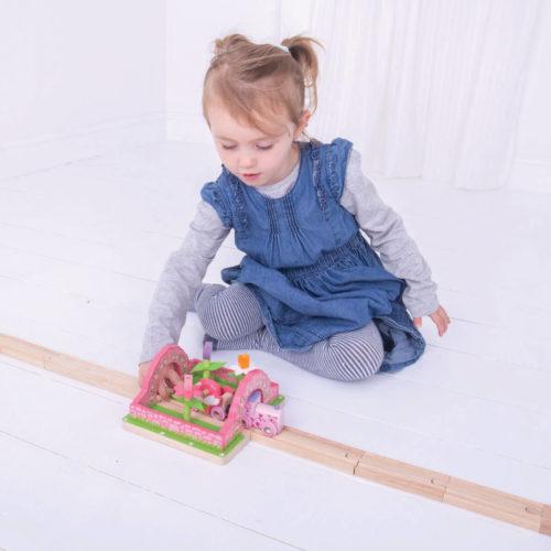 uitbreiding treinbaan bloementuin spelend kindje 1 Sassefras Meisjes Speelgoed
