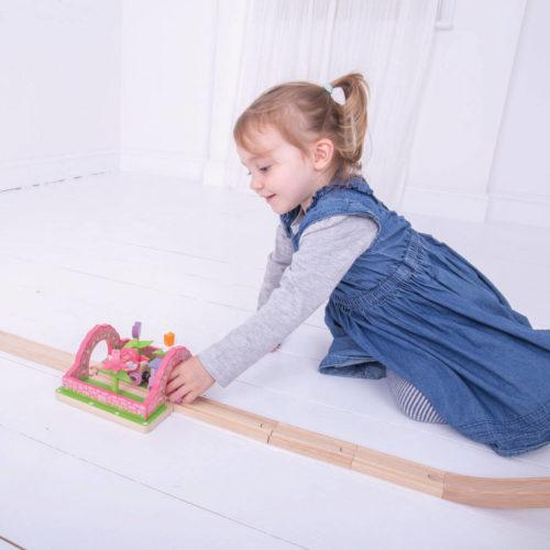 uitbreiding treinbaan bloementuin spelend kindje2 Sassefras Meisjes Speelgoed