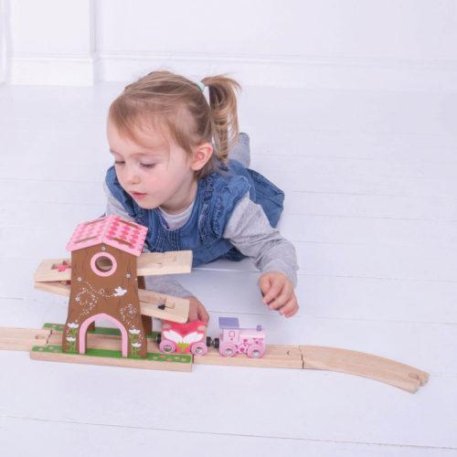 uitbreiding treinbaan boomhuis spelend kindje 2 Sassefras Meisjes Speelgoed