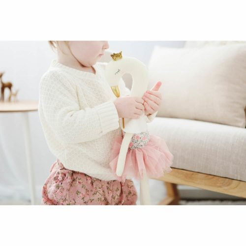 alimrose knuffel zwaan blush sfeerfoto 2 Sassefras Meisjes Speelgoed