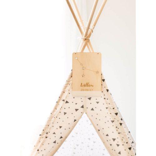 houten sterrenbeeld bordje aan tipi dichtbij Sassefras Meisjes Speelgoed
